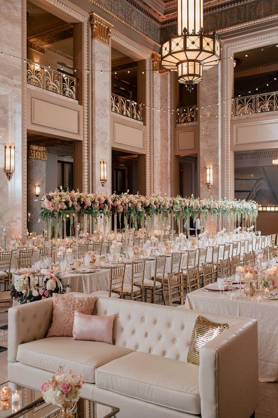 Los livings para eventos se han convertido en un elemento muy favorecido cuando se trata de la decoración de recepción de bodas. Rosa y oro.