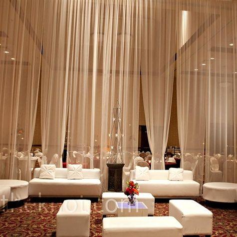 Las cortinas separan levemente el lounge del salón de bodas.