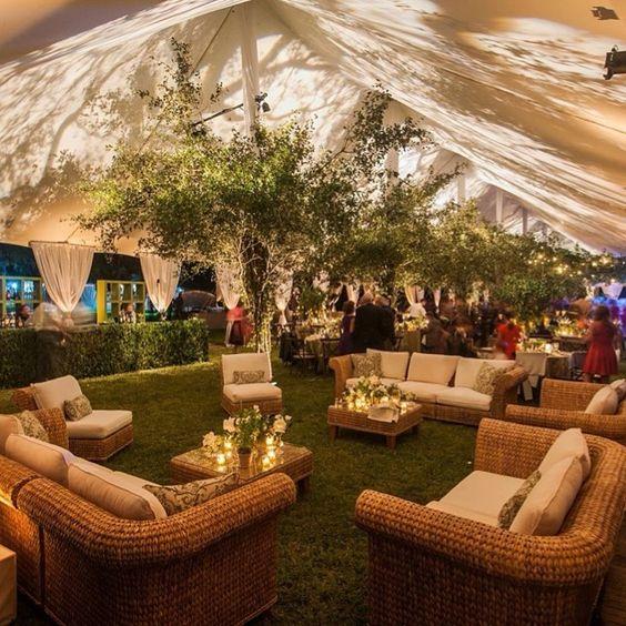 Acogedor y cálido. La función más importante del lounge para bodas es permitir que tus invitados se relajen con sus amigos.