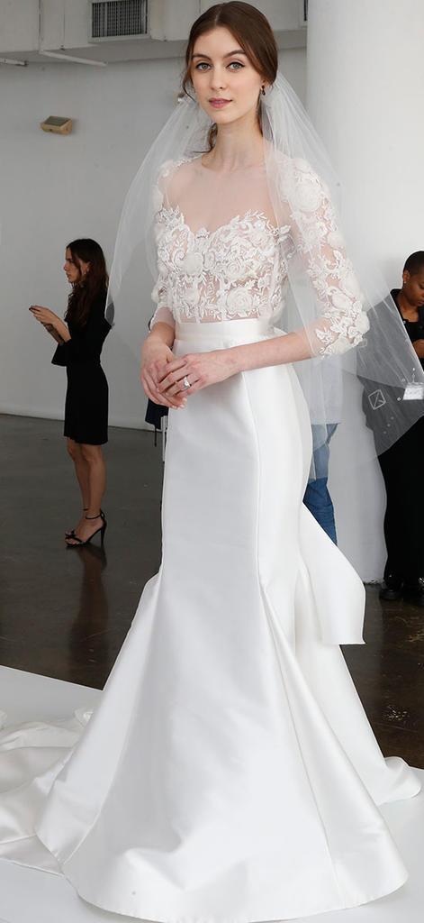Original vestido de novia con mangas 3/4 y cuello tipo bote que luce un top con hermosos detalles sobre el encaje y una falda entallada con evassé que te hará lucir espléndida.