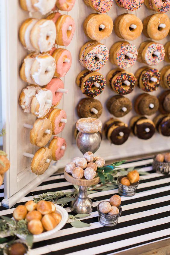 Originales paredes de donuts acompañando la barra de postres. ¡que delicia! Fotografía: Olivia Morgan Photography.