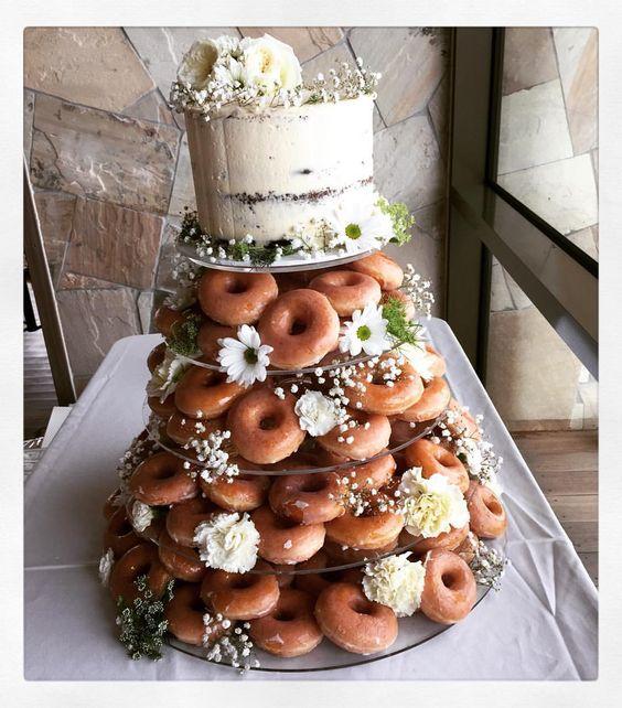 Puedes combinar las donas con tu pastel de bodas. Tus invitados, gratamente sorprendidos. Creación de sweet designs by claire.