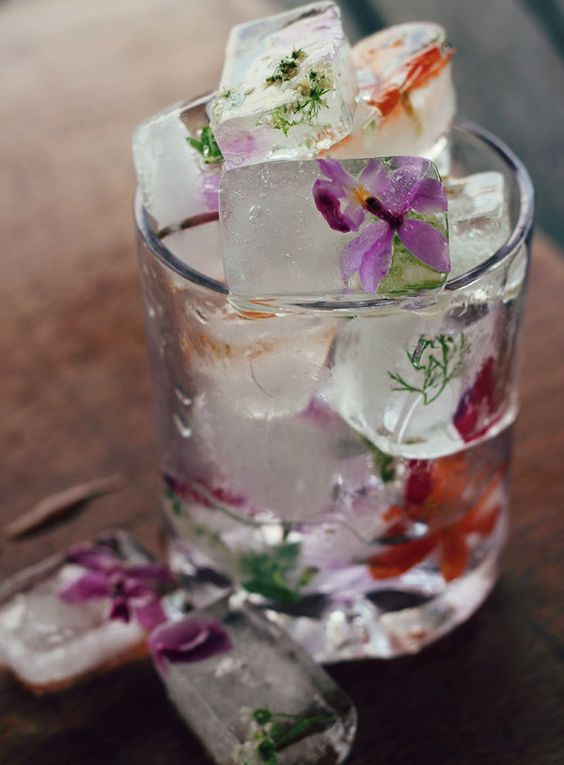 An artistic, carefree, and a relaxed boho vibe is reflected on the ice cubes. Easy to make. Just add a few flowers to the ice tray. More ideas on how to plan a boho wedding!