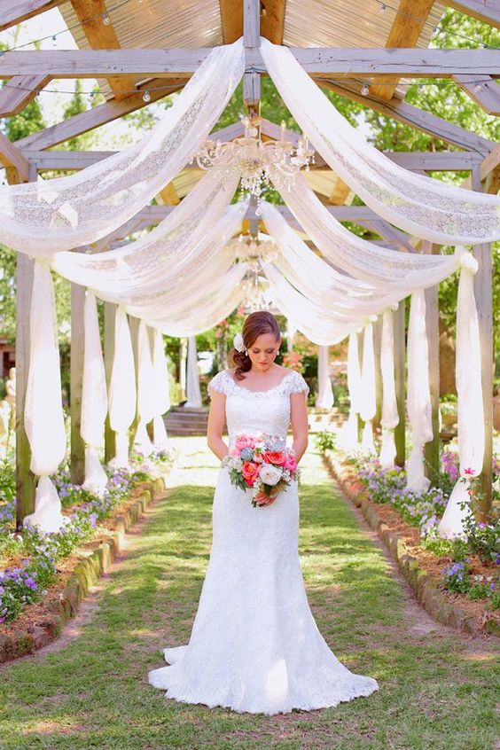 Lovely and stylish Texas wedding venue. Elmwood Gardens, an old fashioned country garden sets a magical scene for brides and grooms in East Texas.