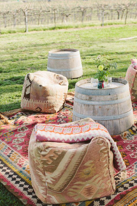 Esta idea es perfecta para una temática boho. Relajada y frugal con alfombras coloridas. The Why We Love Photography | Brighton Cayenne Inspiración de Napa Valley Linens.