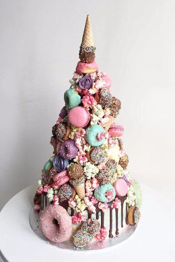 Torres de donuts que combinan todas las delicias imaginables: helados, macarons, pastel y galletas.
