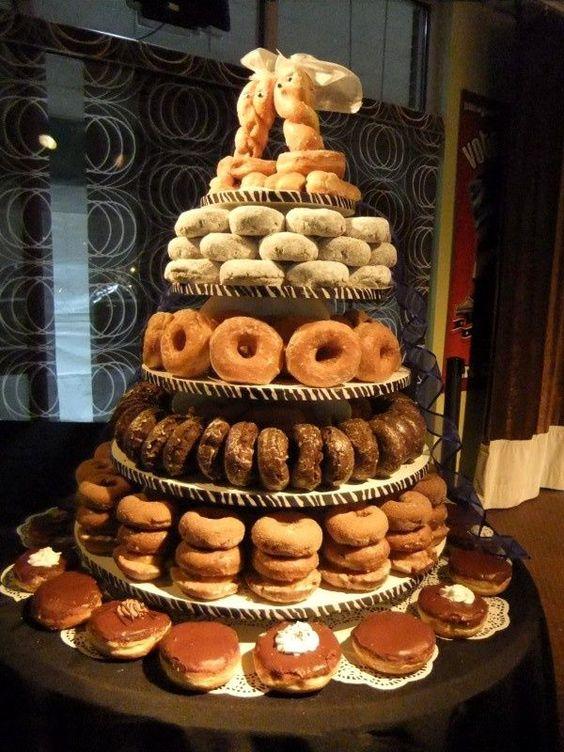 Lo que más me gusta de esta tarta son los cake toppers - hechos con donas azucaradas. So cool!!