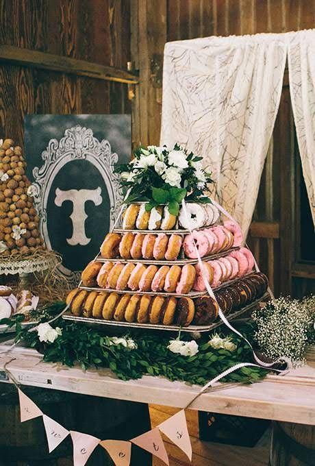 Una idea alternativa para tu tarta nupcial ideal para una boda íntima. Las torres o tartas de donuts.