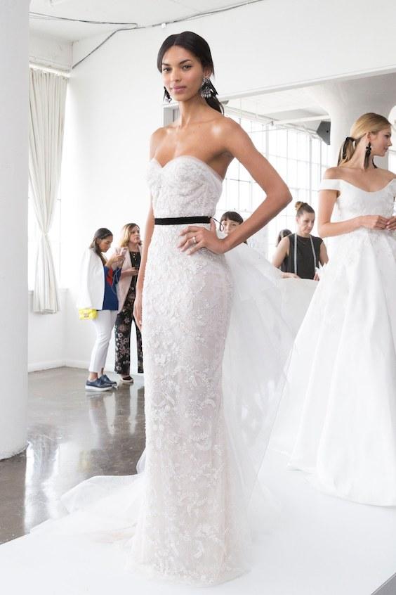 Elegante y sofisticado diseño de novia en color blanco, con escote corazón ligeramente pronunciado y juego de encajes y formas ajustadas.