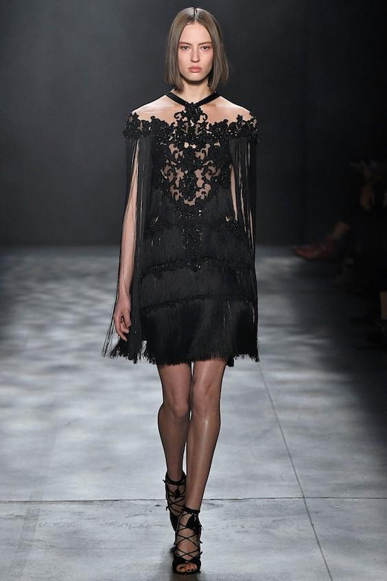 Para las novias mas osadas, este vestido corto en negro de Marchesa nos robó el corazón.