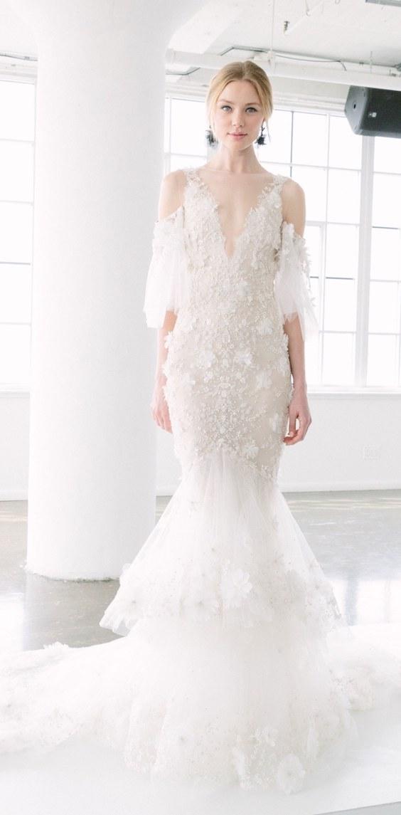Imagínate caminando al altar con este vestido de Marchesa 2018 estilo sirena con escote en V, hombros expuestos y mangas desenfadadas. Cubierto de tul con un bordado alucinante, falda en capas y espalda descubierta. ¿Ya te lo imaginas? ¡A que sí!