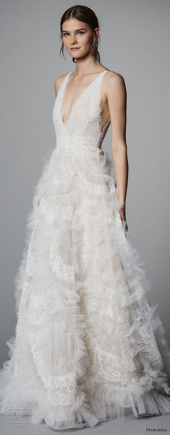Sé como una princesa boho con este vestido para novia sin mangas con escote profundo y sobre falda de encaje que parece flotar de la colección de Marchesa 2018.
