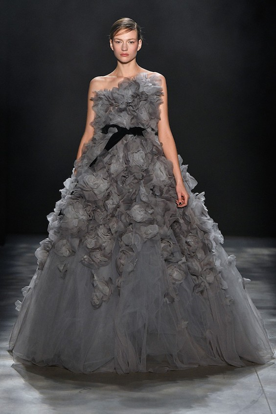 Vestido voluminoso con flores 3D de la firma Marchesa en su colección otoño/invierno 2017/2018 en la New York Fashion Week.