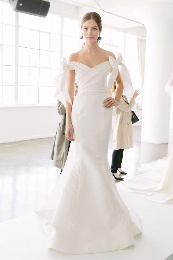 Vestidos de novia de Marchesa 2018: sencillos, chic y elegantes cruzados en la cintura con detalle en las mangas.