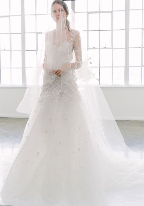 Vestidos de novia de Marchesa 2018, cargados de romance y glamour, con tul, encaje bordado y faldas de tafeta. Este modelo con escote corazón nos roba el aliento.