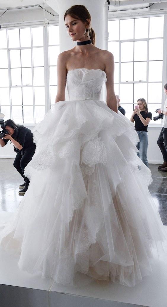 Este es uno de nuestros favoritos entre todos los vestidos de novia de Marchesa 2018! Con corte entre princesa y de gala, escote palabra de honor y capas de gasa que le dan dimensión a la falda. Swoon!