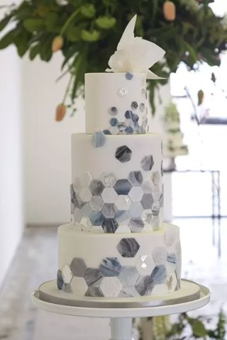 Beach wedding cake with a modern and very glam interpretation of the ocean.