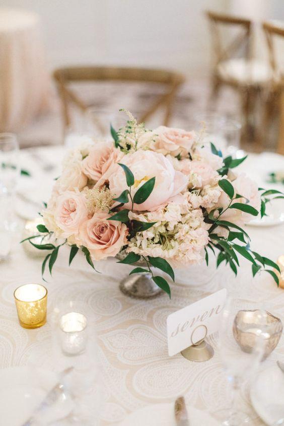 Centro de mesa para bodas con rosas y hortensias. Fotografía: Anna Delores.