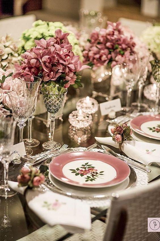 Decoración de mesas en tonos rosados y verdes chic chic chic. La vajilla es divina.