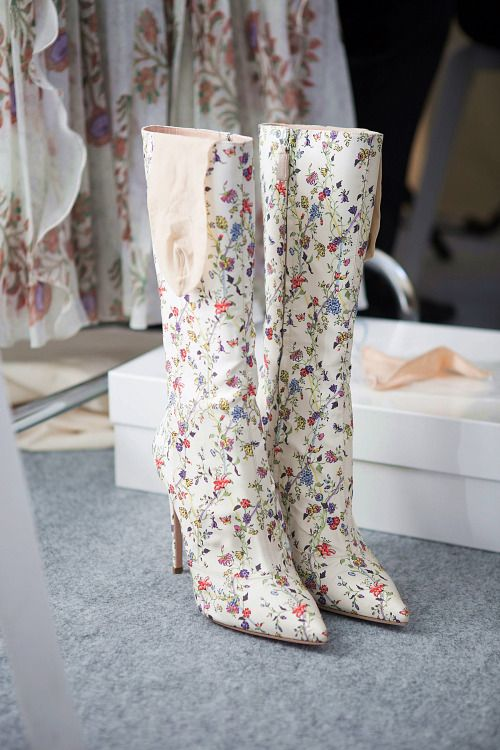 Me encanta el estilo que Giambattista Valli presentó en Paris Fashion Week para la primavera 2017. Botas en verano con prints floreados. Swoon!