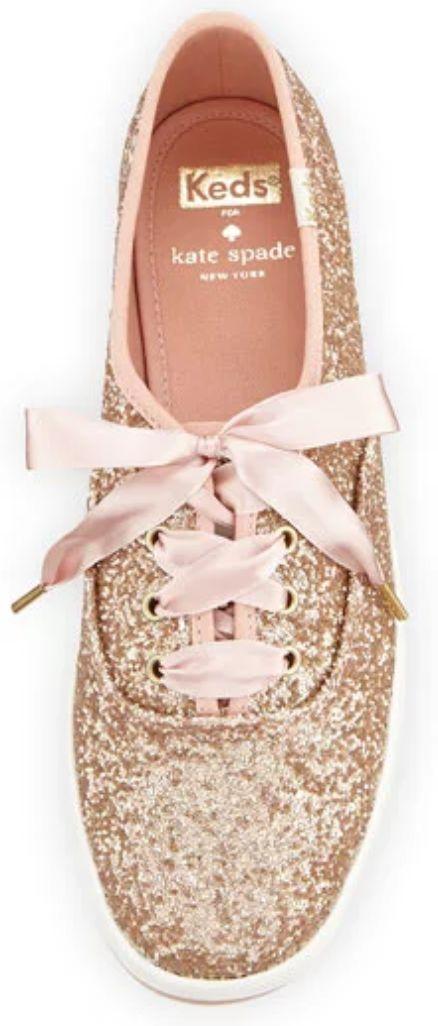 Keds de Kate Spade con glitter en rosa oro para tu comodidad y lujo.
