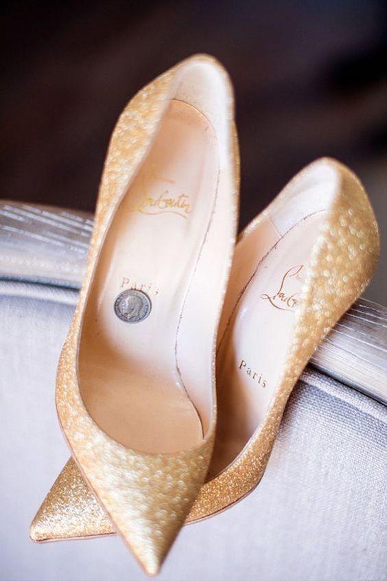 Una boda es una excelente oportunidad para lucir unos Louboutin. Fotografía: powers studios photography.