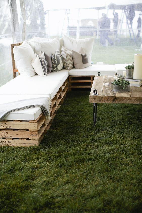 Sofas para bodas con palets de madera. Claro que te lo puedes quedar luego de la boda para tu jardín o patio.