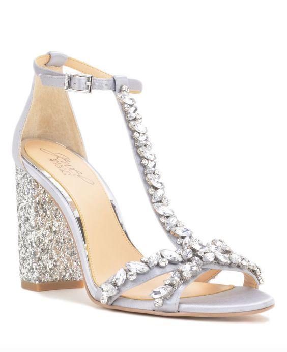 Zapatos para fiesta de matrimonio por la noche de Badgley Mischka cubiertas de pedredría en plateado. Tacones cómodos para bailar toda la noche.