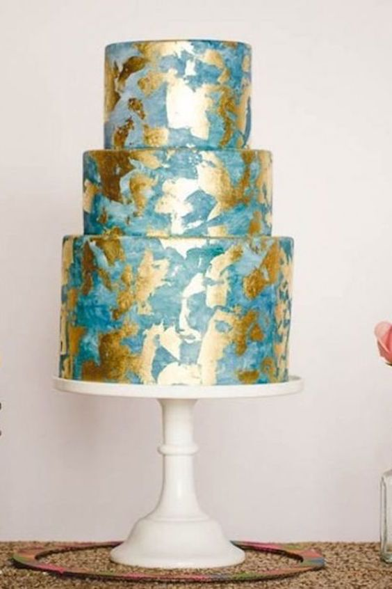 Bring on the bling with a cake that is as good as gold! Bright and beautiful beach glam wedding cake! Photographer: Mark Brooke Photography with cake by Sweet and Saucy.