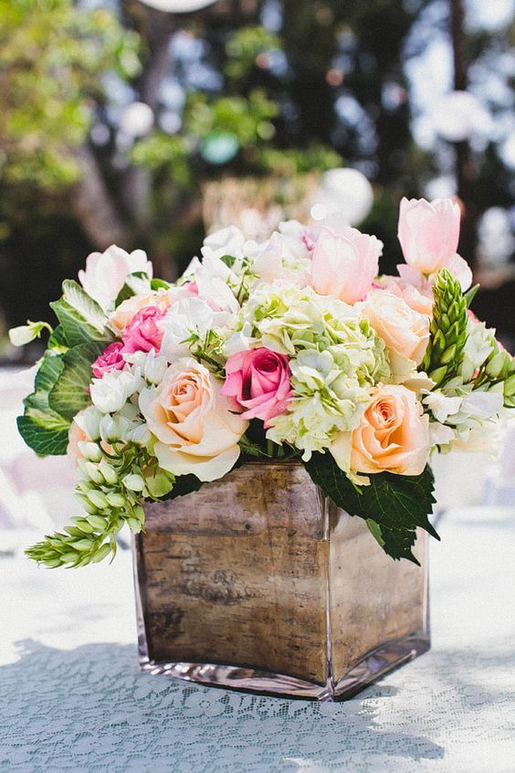 Las cajas de corteza de árbol lucen fabulosas en una boda rústica tanto en verano como en invierno cuando se utilizan para iluminar.