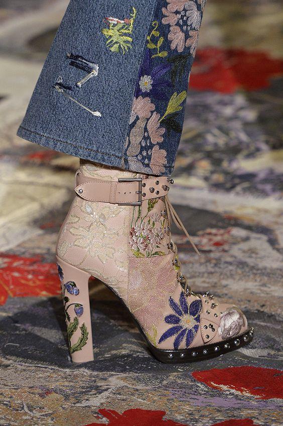 Si te invitaron a una boda boho luce estas botas de Alexander McQueen y muestra tu flower power!