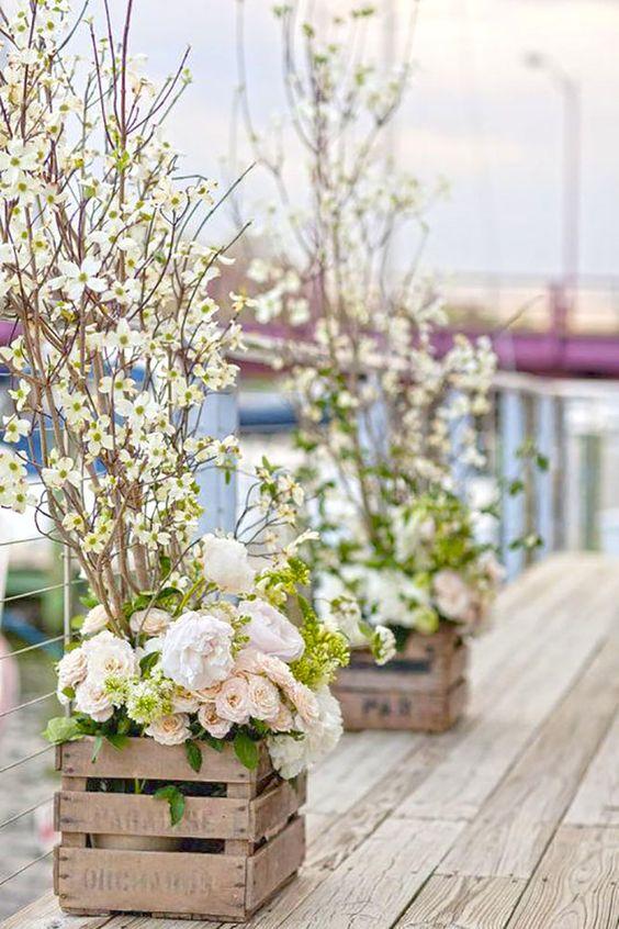 Un elemento muy económico en las bodas al aire libre son los cajones de fruta de madera.