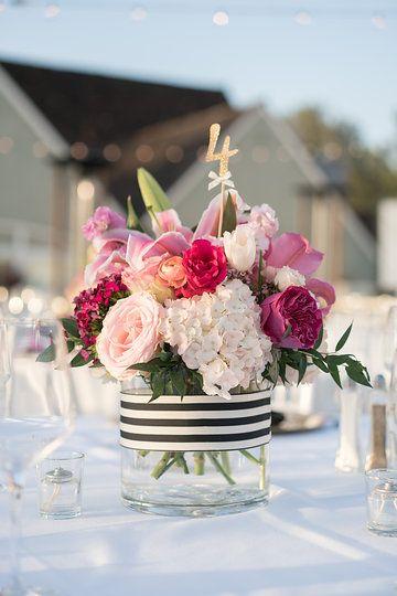 Centro de mesas para recepción de bodas en rosa y blanco con hortensias, lilies y rosas inspiradas en Kate Spade en L'Auberge, Del Mar, CA. Fotografía: David Manning Photographer.