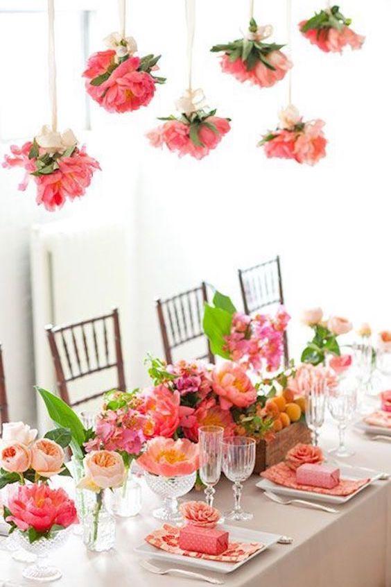 Estos centros de flores naturales iluminan la mesa de bodas.