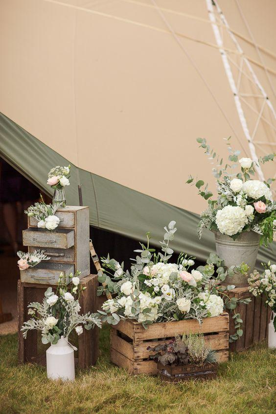Magnífica decoración de boda al aire libre en verde menta y blanco con cajones de madera y muebles viejos. Fotografía de bodas: mariannetaylorphotography.