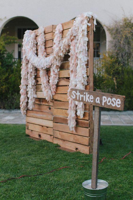 Consigue una paleta de madera y decórala para un fondo de fotobooth único y muy económico.
