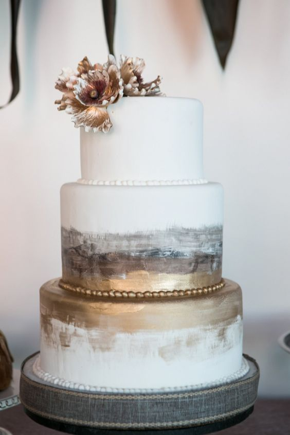 Gold nugget and watercolor cake. A trend towards minerals. Romantic industrial style wedding inspiration.
