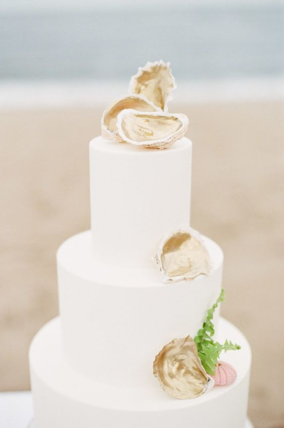 Glam does not necessarily mean showering your whole cake with bling. Check out this golden oyster shell wedding cake. Stunningly beautiful.