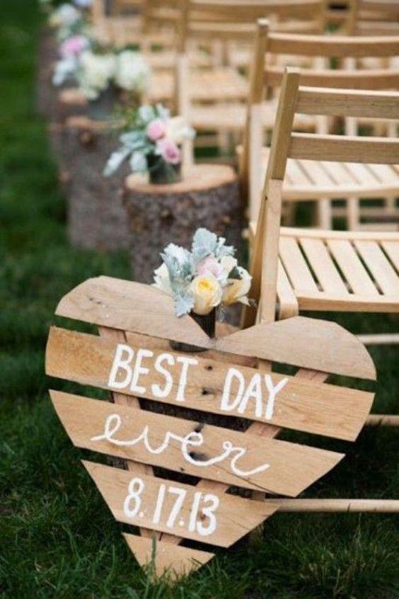 Corta la paleta o los cajones de madera con forma de corazón y úsalos como decoración del camino al altar. Ideas económicas para decorar tu boda con palets de madera.