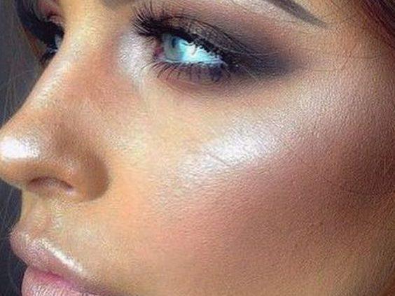 Ojos ahumados suavemente definidos perfectos para el verano. El brillo intenso añade un poco de glamour y mantiene un aspecto pulido.