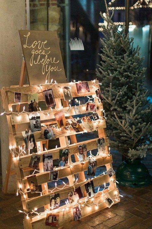 Para este proyecto necesitarás una paleta de madera, luces de navidad y broches. Puedes agregar fotos de la feliz pareja o dejar que los invitados cuelguen sus polaroids para un toque aun mas vintage.
