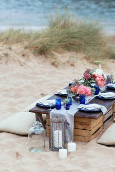 Las paletas de madera vienen muy bien para armar una mesa en la playa. Asegúrate de lijarla bien y hasta puedes darle una capa de barniz. Inspiración de boda en la playa en Cornwall, Inglaterra.