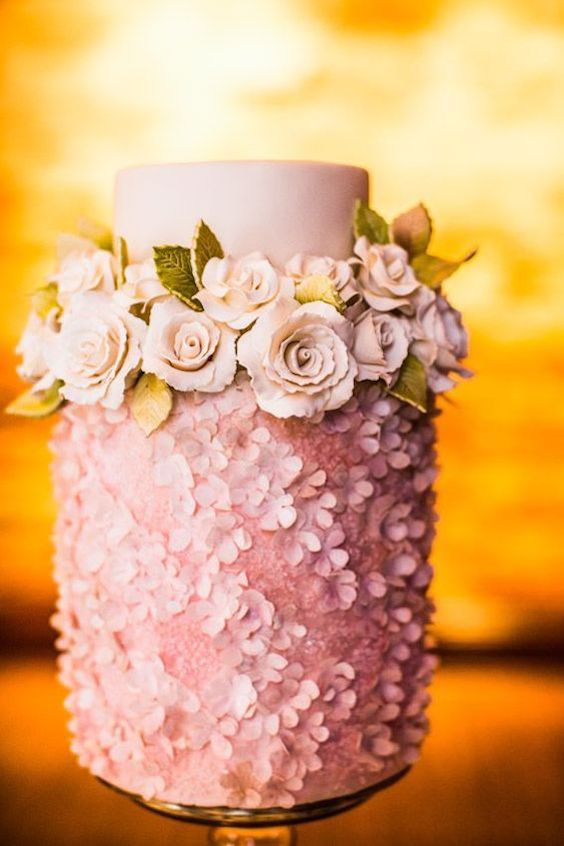 100% edible sugar toppings covering most of the confection. Modern and romantic, we are in love!