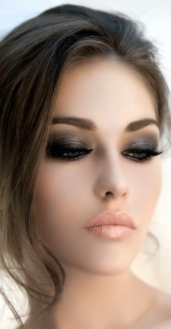Un look super sexy smokey eyes y lápiz labial en nude.