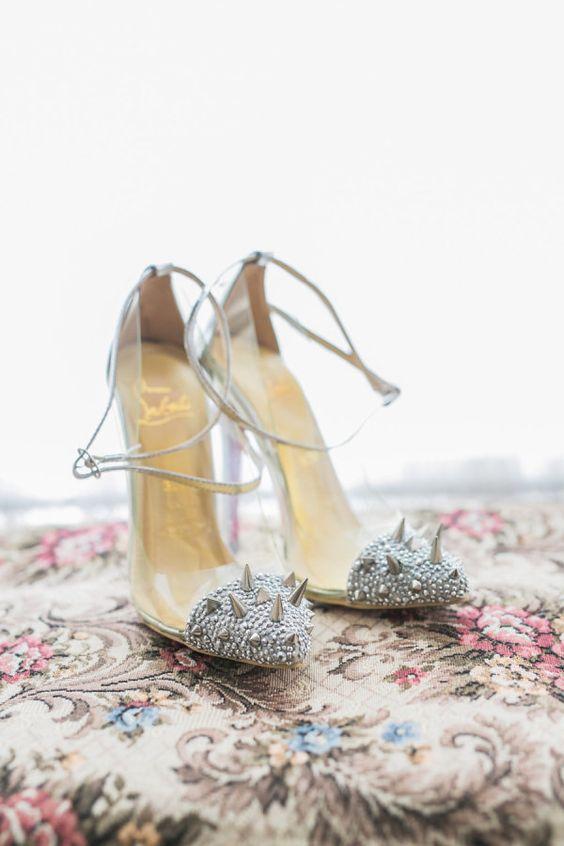 Impresionantes tachas en estas sandalias para bodas. Fotografía: Rhythm Photography.