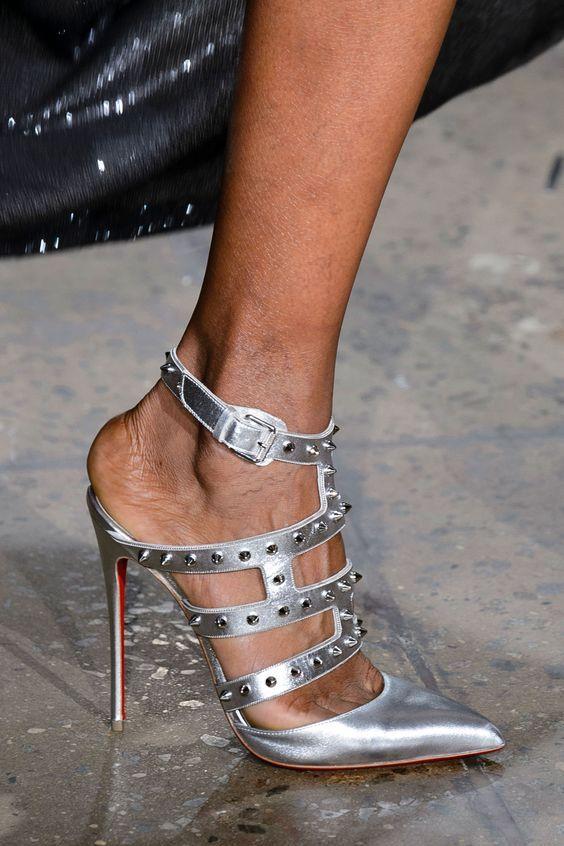 The Blonds. Tacones aguja con mucha altura y el look con tachas que caracteriza una de las tendencias en zapatos de este año.