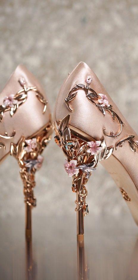 La femineidad se destaca en este par de zapatos de Ralph and Russo.