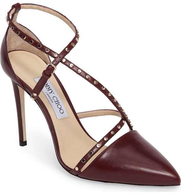 Alarga tus piernas con unos zapatos para fiestas de matrimonio de Jimmy Choo. Sus tachas de plata embellecen las esbeltas correas de este finísimo calzado de cuero via Nordstrom.