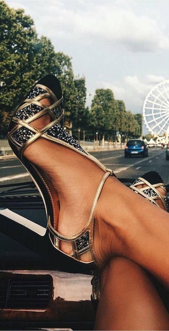 Desconozco al diseñador de estos zapatos, pero son un sueño. Gracias Bena Fiaka por la fotografía.