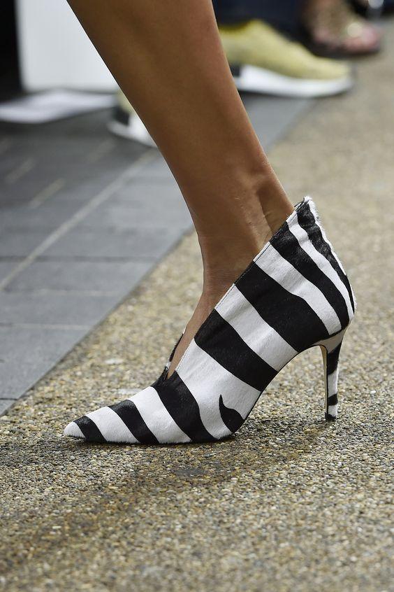 Topshop Unique. Enamorada de estos zapatos tipo piel de zebra con taco kitten.